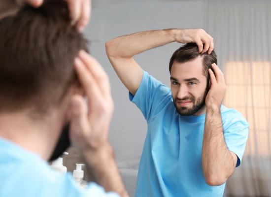 Como é feito o implante de cabelo?